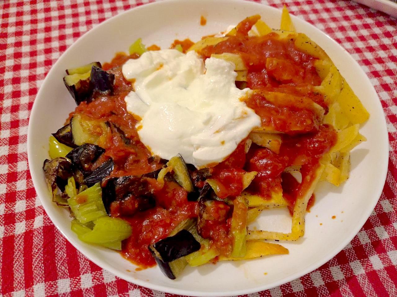 Frittiertes Gemüse mit Tomatensoße und Joghurt: Karisik Kizartma