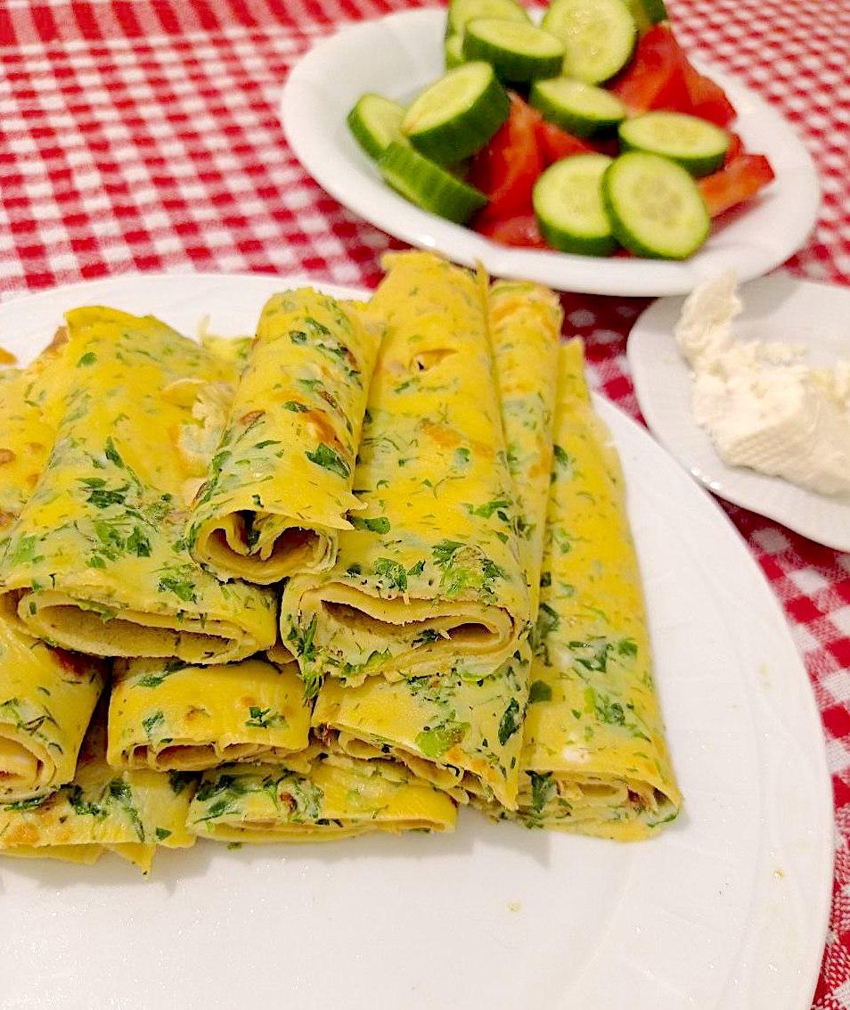 Kaygana: halb Omelett, halb Pfannkuchen mit Kräutern