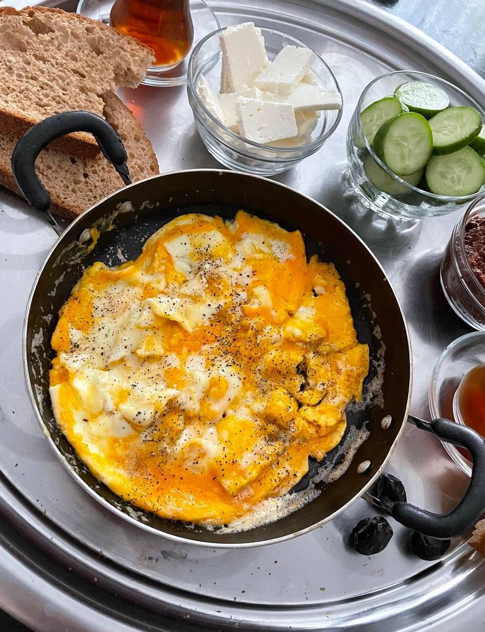 Sahanda Yumurta: türkische Eier in der Pfanne
