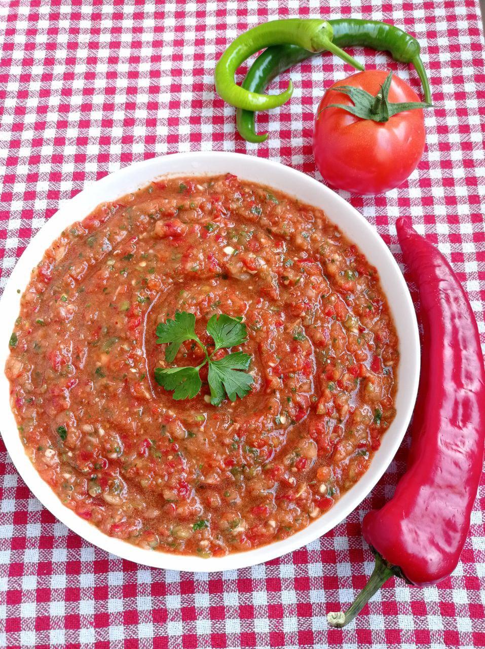 Acili Ezme: scharfe Paste mit Tomate und Paprika