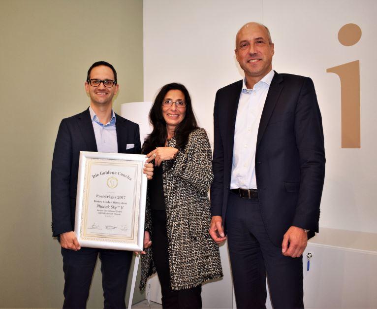 Martin Heierle und Andreas Tikovsky von der Sonova Deutschland GmbH, Geschäftsbereich Phonak, freuen sich über beide Sieger-Urkunden, die von Tannassia Reuber (Individual Akustiker Service GmbH) überreicht wurden.
