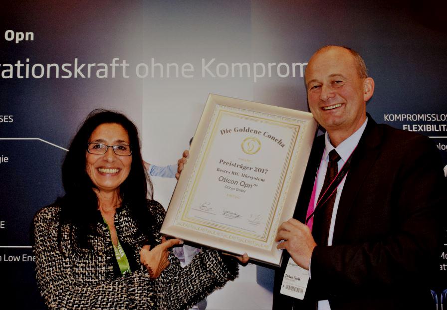 Große Freude bei Torben Lindø von Oticon, der die Siegerurkunde von Tannassia Reuber (Individual Akustiker Service GmbH) überreicht bekam.