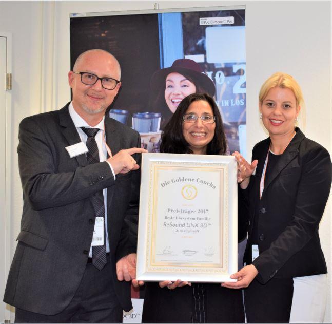 Marina Teigeler und Jens Fendrik von der GN Hearing GmbH freuen sich über die Urkunde aus der Hand von Tannassia Reuber (Individual Akustiker Service GmbH).
