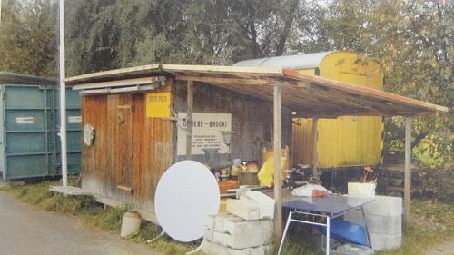 Später kamen ein seitlicher Unterstand dazu und dahinter im gelben Bauwagen das Kinder-Brocki mit Spielsachen.