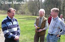 NABU und Jägerschaft im Gespräch; v.l. Egbert Schulz/NABU Landesvorstand, Thorsten Schwoebel/Obmann für Natur- schutz der Jägerschaft Schaumburg, Dr. Holger Buschmann/Sprecher des LFA.