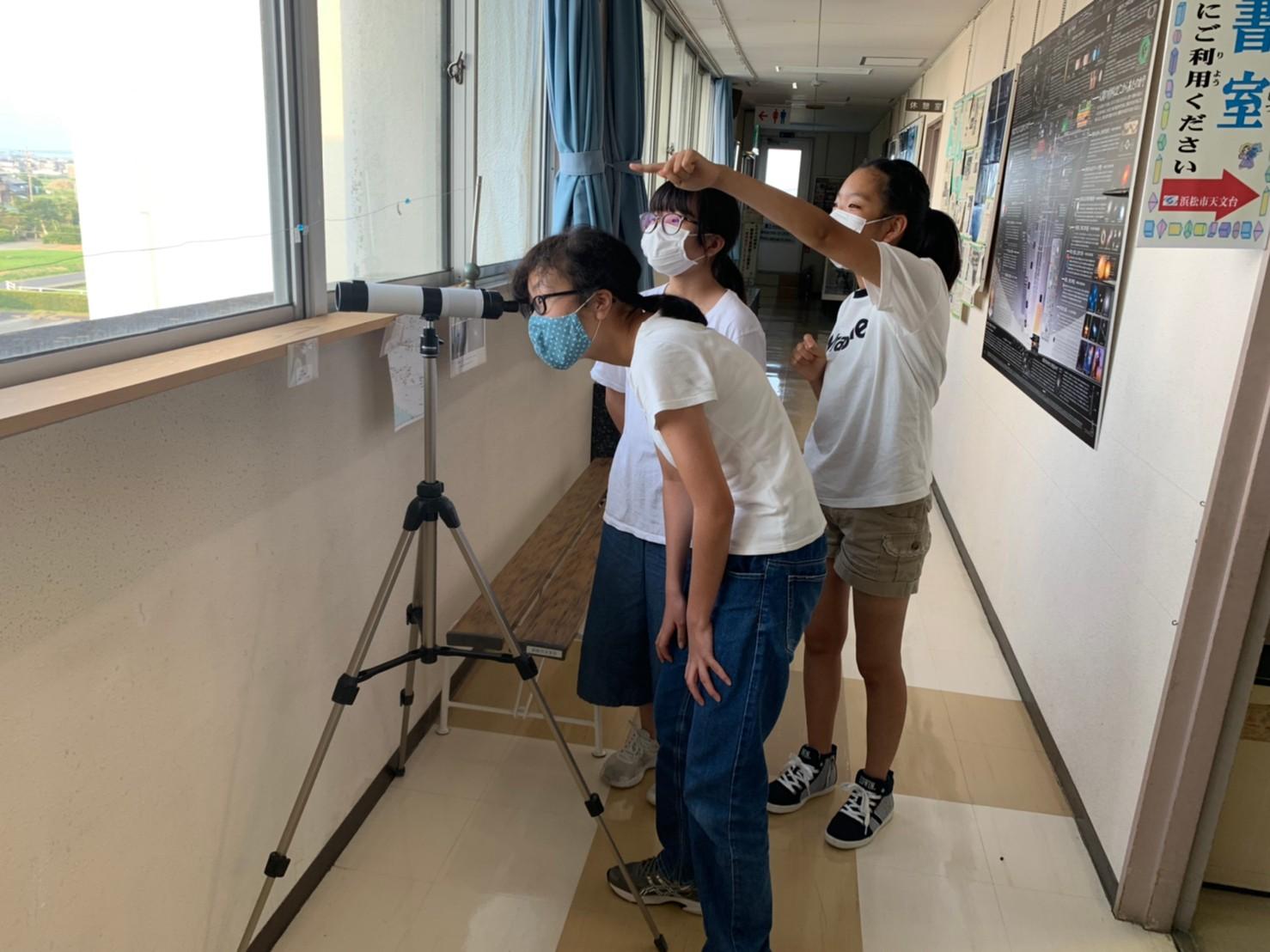 作った望遠鏡で遠くを見る練習をしました!