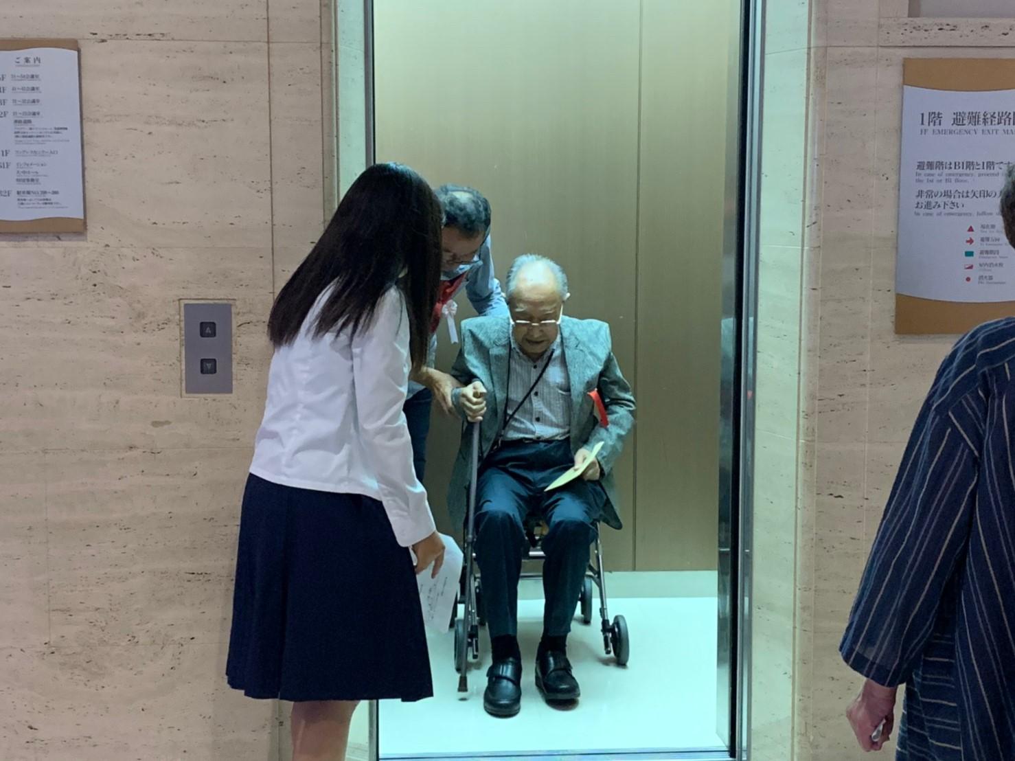 エレベーターの乗り降りを補助します