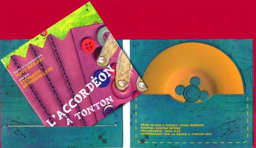 Intérieur du CD L'accordéon à Tonton, avec livret illustré et galette -bouton.