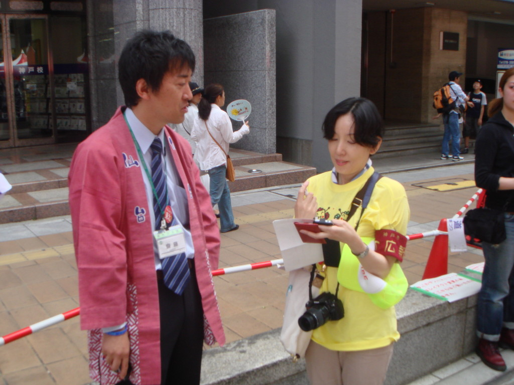 インタビューする神戸市松下広報官