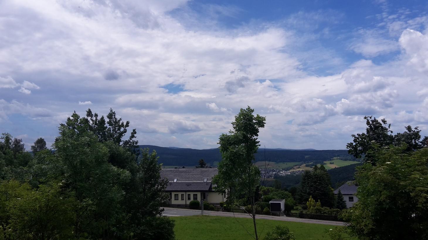 Bick auf den Fichtelberg (1215 m), der höchste Berg im sächsischen Erzgebirge (Bildmitte mit Turm im Hintergrund).