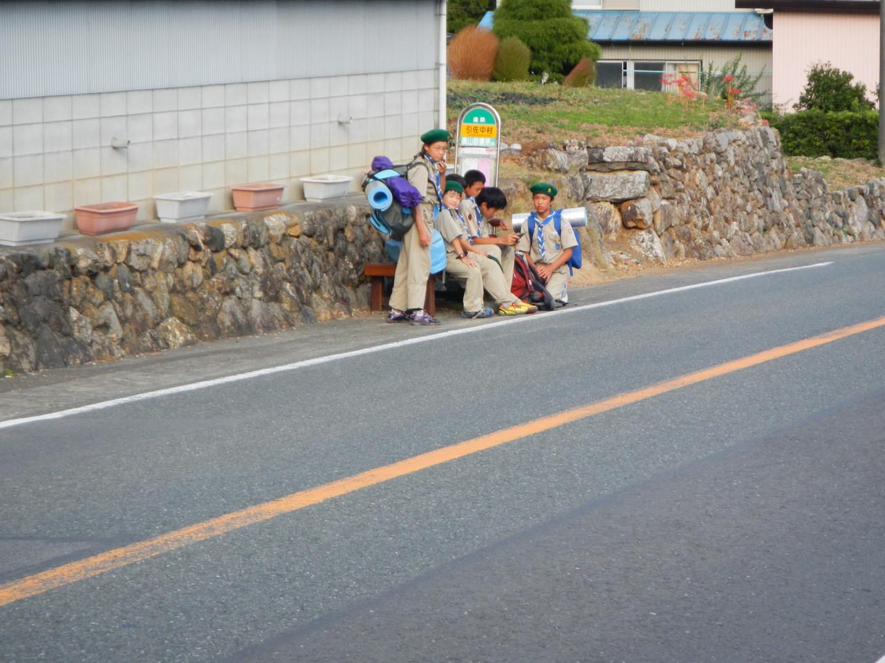 ボーイ隊はバス待ちです