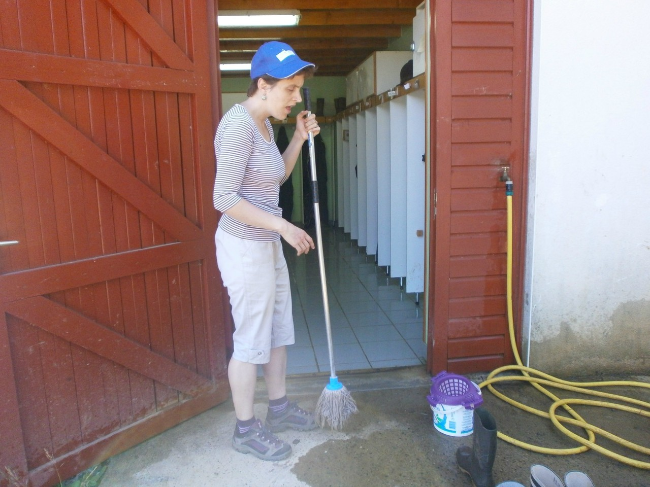 Le nettoyage des vestiaires de la ferme: chaque fin de semaine, une tâche utile et responsabilisante.