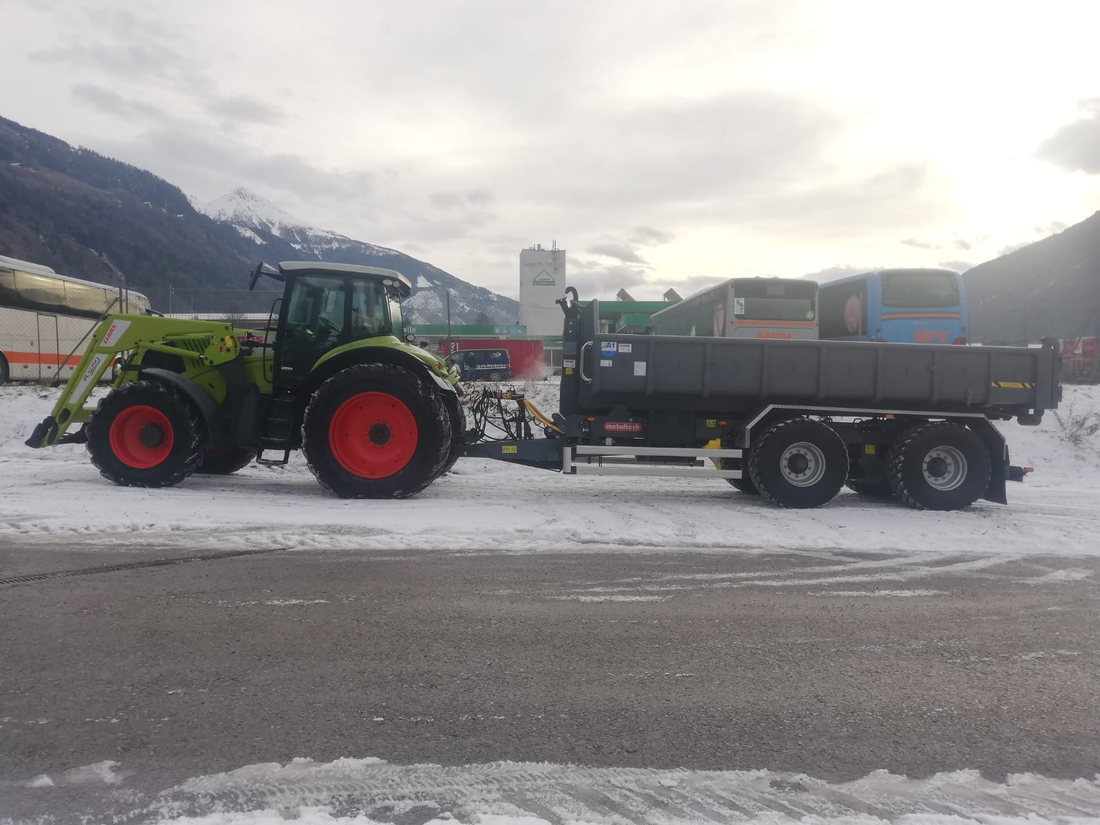 Claas Axion 850 mit Hakenlift- Anhänger 19to Nutzlast
