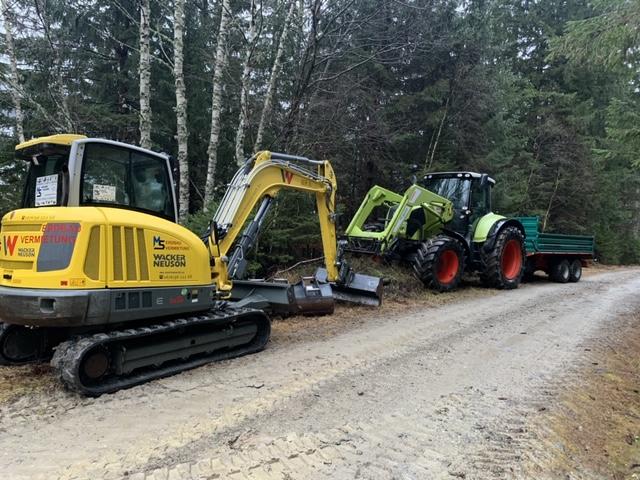 Bagger und Traktor bei der Wegsanierung nach den Unwetter im Mölltal