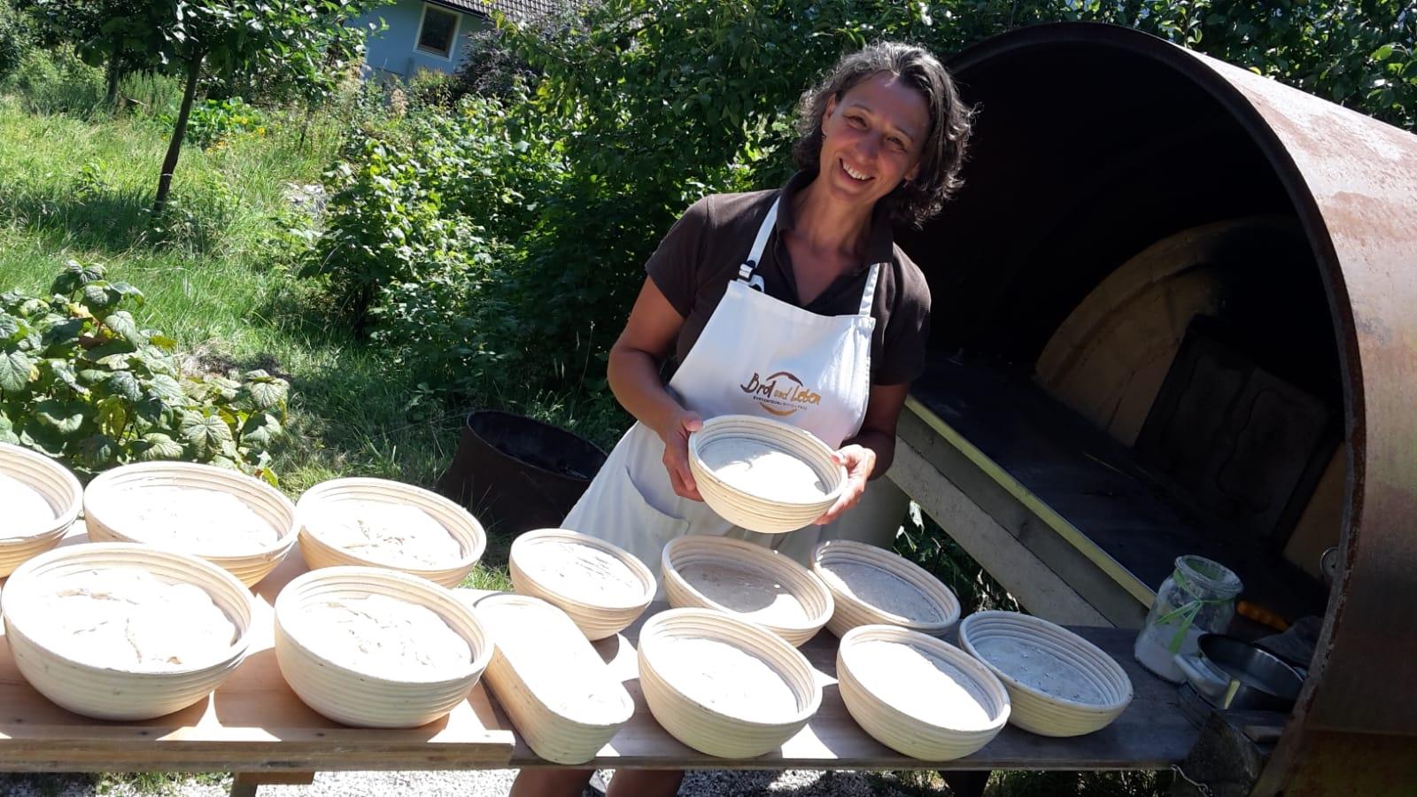 Helga beim Brot backen