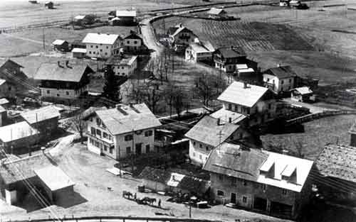 Dorfplatz mit Spritzhütte