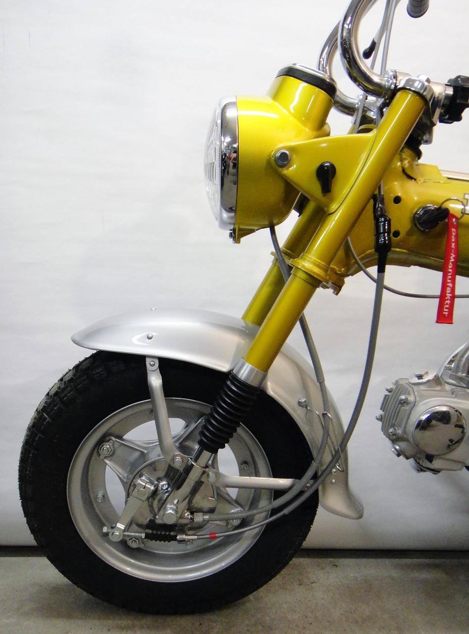Auch das Moped befindet sich von vorne ...