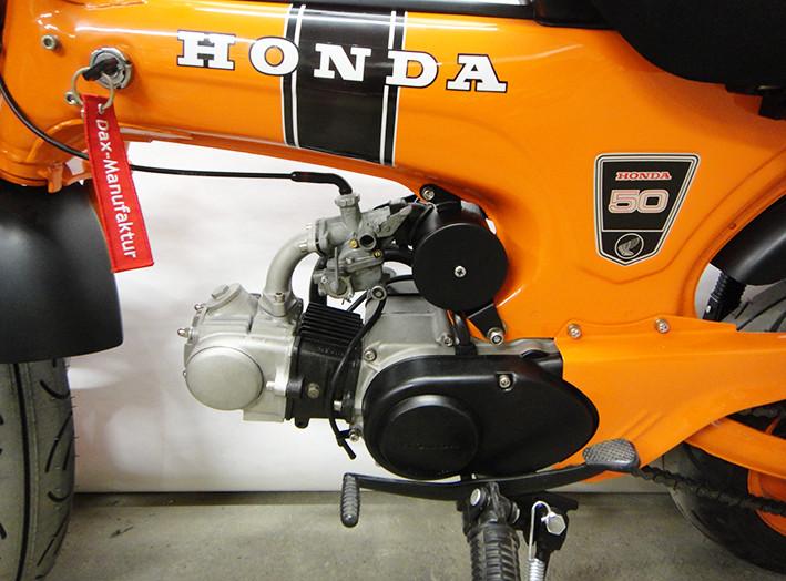 Angepasst: Motordeckel und Luftfilter in matt-schwarz.