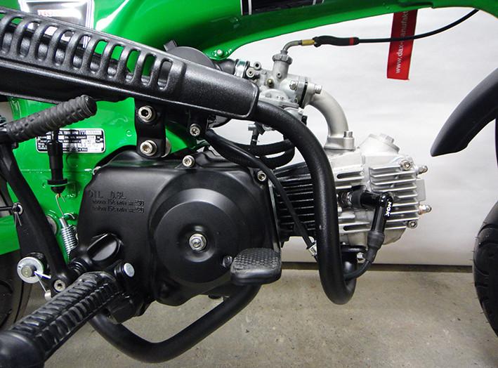 Angepasst: Auch Motordeckel und Auspuff in matt-schwarz.