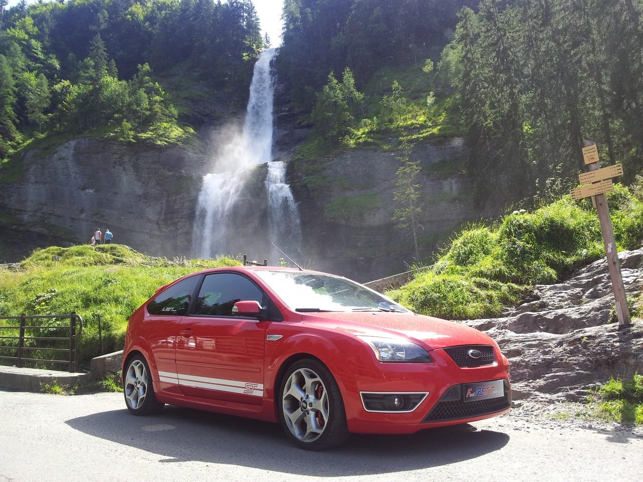 Ma Ford prend l'air à la cascade d'Angon
