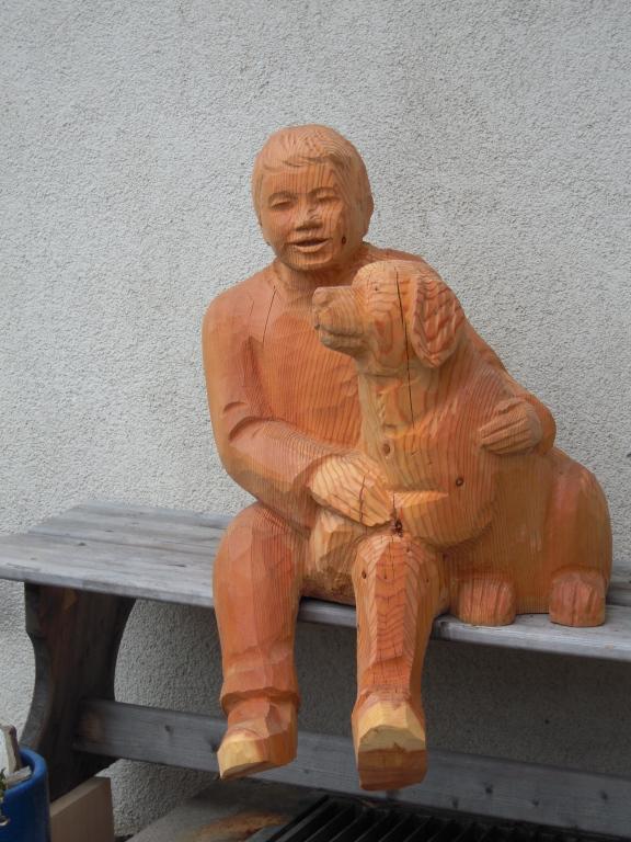 Junge mit Berner Sennenhund (Werkstätte Brienz)