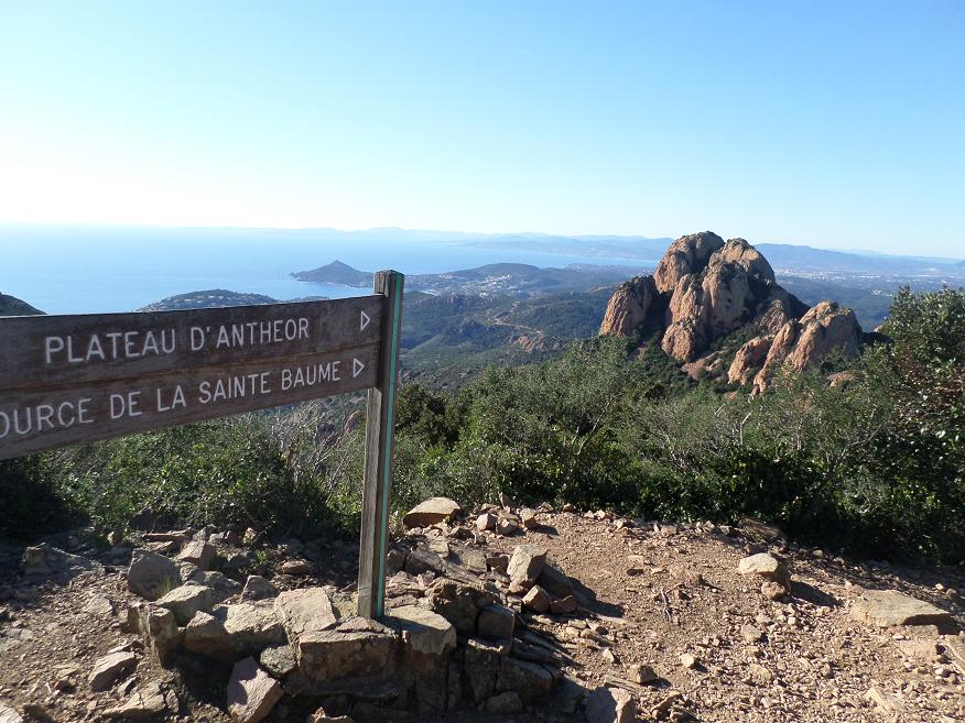 Le sommet du Cap Roux est juste au dessus de ce panneau. Et en dessous, on a le rocher St Barthélémy