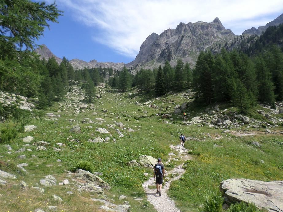 """Juste avant la balise 425 qui permet de choisir l'itinéraire """"long' par le refuge de la Cougourde ou le """"court"""" qui monte directement au lac de Trécolpas"""