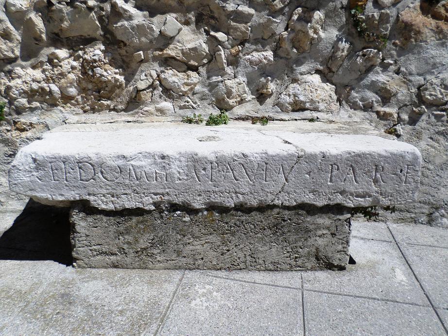 Le banc devant cette belle demeure est classé monument historique car la pierre gravée date de l'époque gallo-romaine ( IIe siècle).