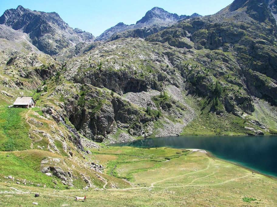 Le plus grand des lacs de Vens avec le refuge à gauche