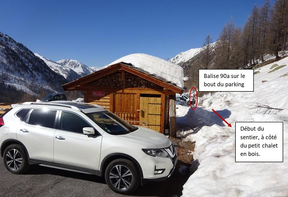 Le parking avec le petit chalet en bois devant lequel se trouve le départ à la borne 90a