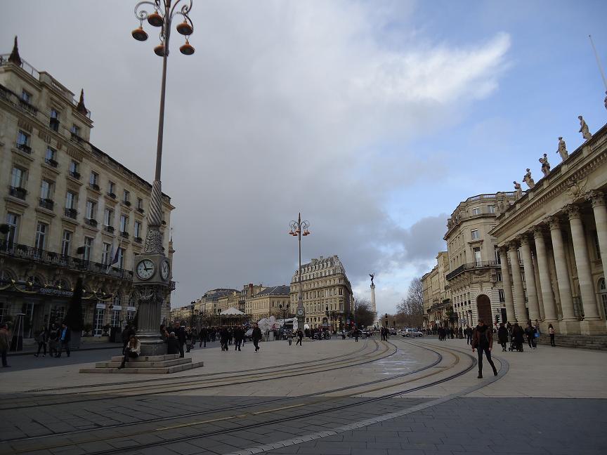 Place de la Comédie. Le Grand Hôtel à gauche fait face au Grand théattre