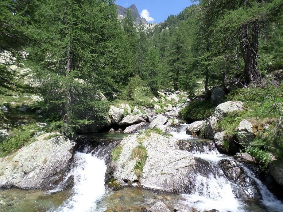 Une des cascades que l'on traverse sur une passerelle
