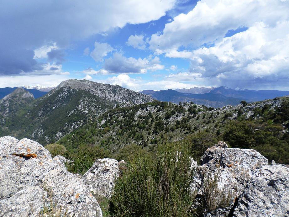 Vue sur les montagnes de l'intérieur des terres.