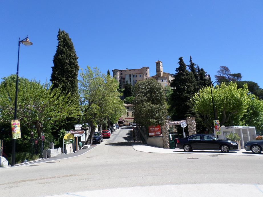 La balise 26 se trouve à l'entrée du village là où l'on voit les paneaux