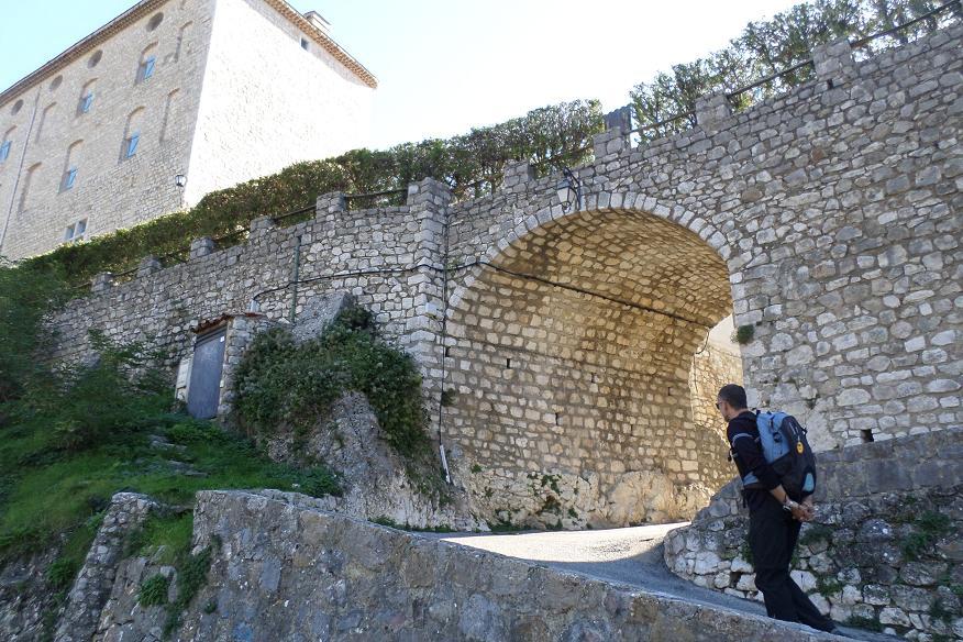 Arche pour rentrer à Cipières avec le  chateau du XVIIe siècle à gauche