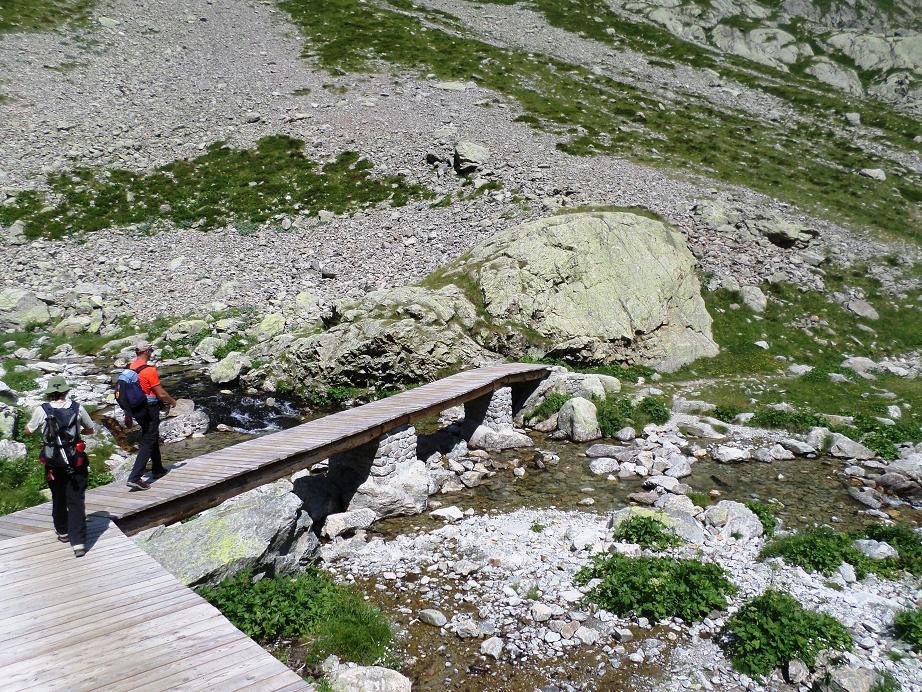 La grande passerelle qui permettait de traverser le torrent de la Fous (photo prise en 2016) a été détruite par des avalanches de neige pendant l'hiver 2017-2018