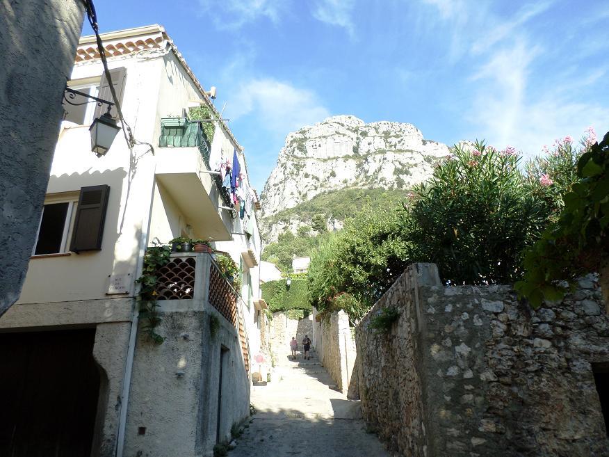 La montée dans le village avec cette fois, le Baou de St Jeannet au loin.