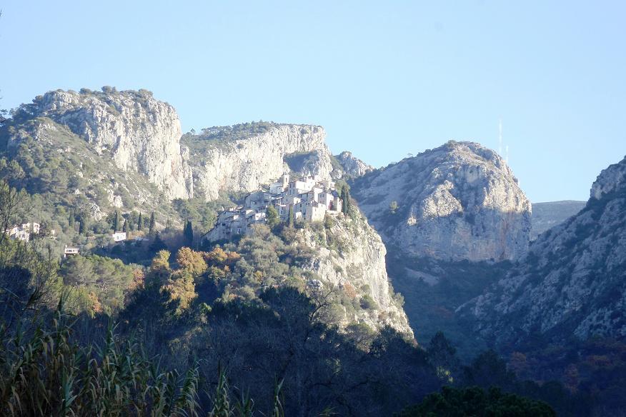 Sur la route , première vue sur le village de Peillon, perché sur son éperon rocheux.