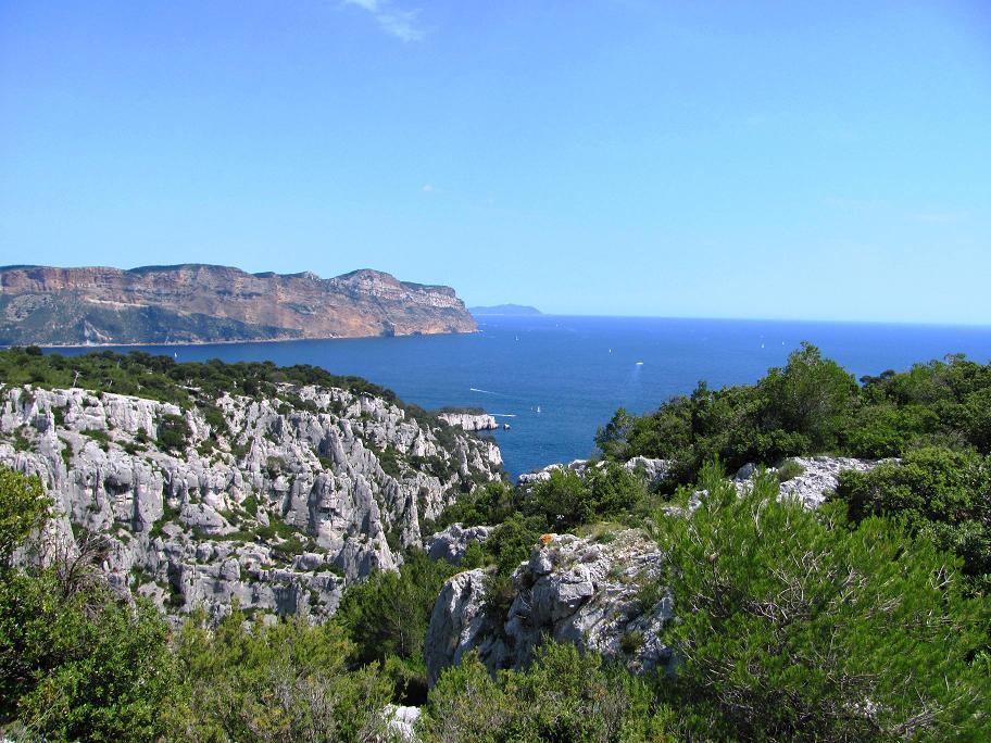 Au loin, les falaises ocres de Cap Canaille