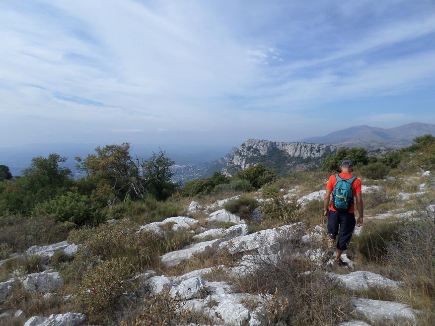 Le plateau calcaire avec le Baou de St Jeannet au loin