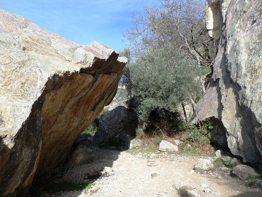 Passage entre la paroi et un énorme morceau de rocher qui s'en est détaché