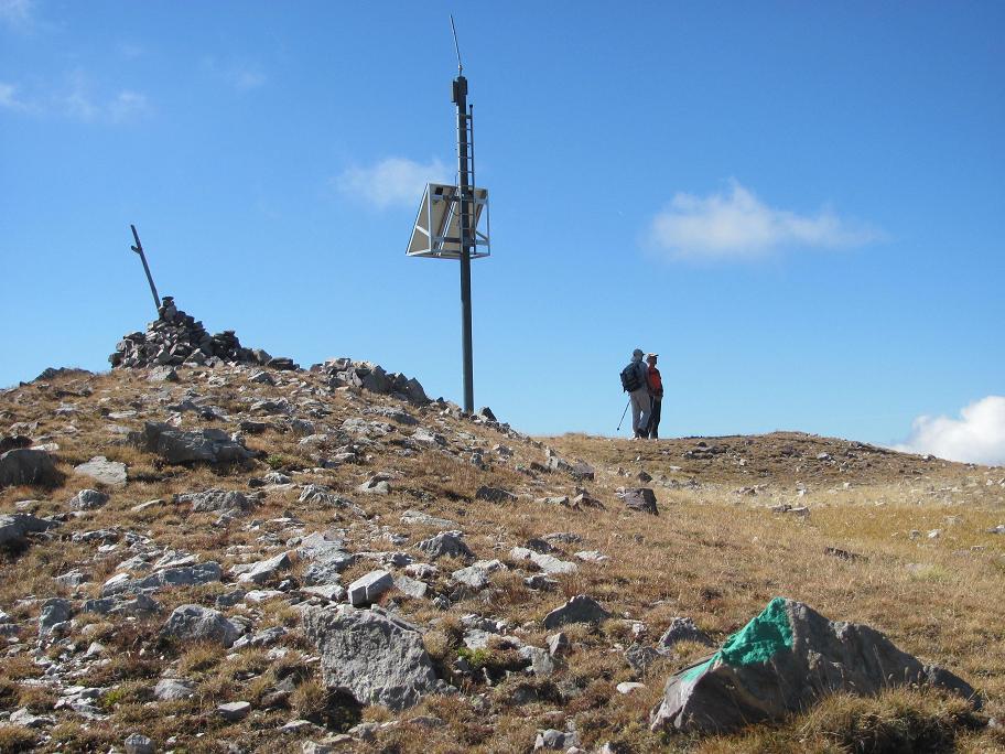 Arrivée au sommet où l'on voit un marquage vert indiquant l'entrée dans le parc du Mercantour