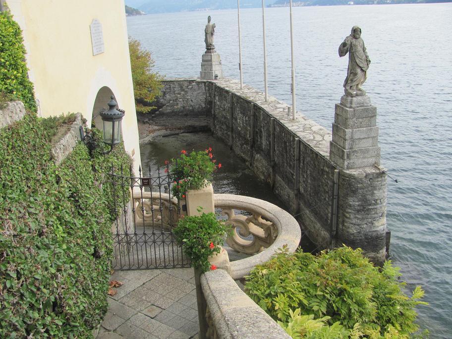 Mais dans la scène de Star Wars (que ne n'ai pas vu) tourné à la Villa del Balbianello, le bateau acostait ici.