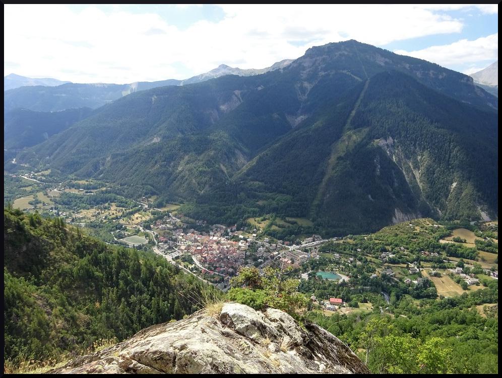 Vue sur Saint-Etienne-de-Tinée et la cime de la Bercha