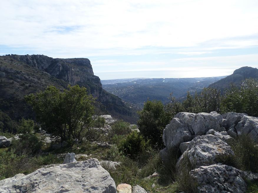 Devant le Castellet, la vue sur la côte entre le baou de St-Jeannet à gauche et celui des Noirs, à droite, est magnifique