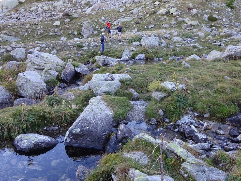L'endroit où traverser est indiqué par des cairns et des bouts de bois sur lesquels il ne faudra peut-être pas compter cependant !