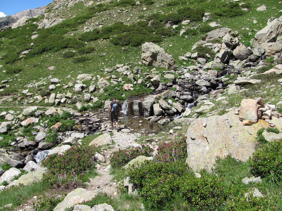 Petite cascade charmante avant d'arriver au lac