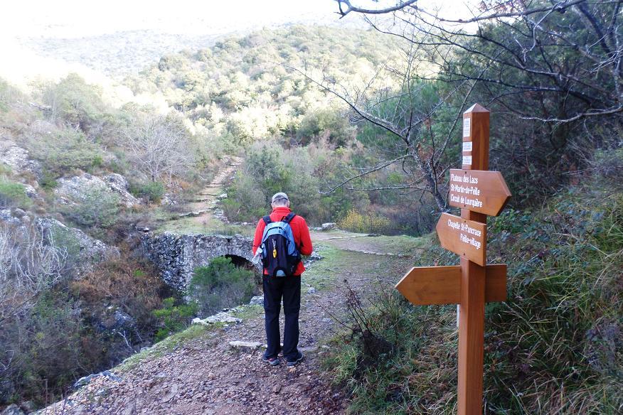 Deuxième pont de pierre où le sentier tourne franchement.