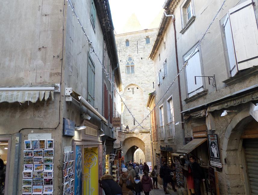 La porte Narbonnaise au fond