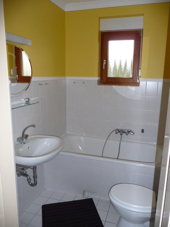kleines Bad mit Badewanne